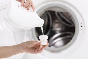 Suavizante en cubeta lavadora