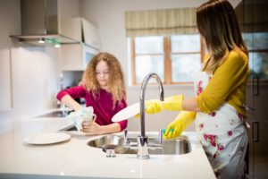 Madre e hija fregando platos