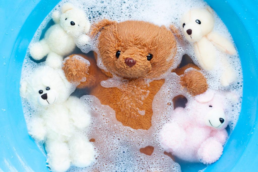 La imagen tiene un atributo ALT vacío; su nombre de archivo es soak-toy-bears-laundry-detergent-water-dissolution-before-washing-laundry-concept-1024x683.jpg